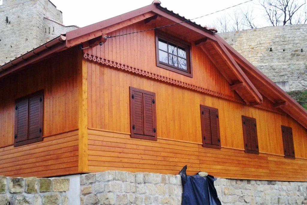 Montaż okiennic w odnawianym domu - FHU Tokarczyk