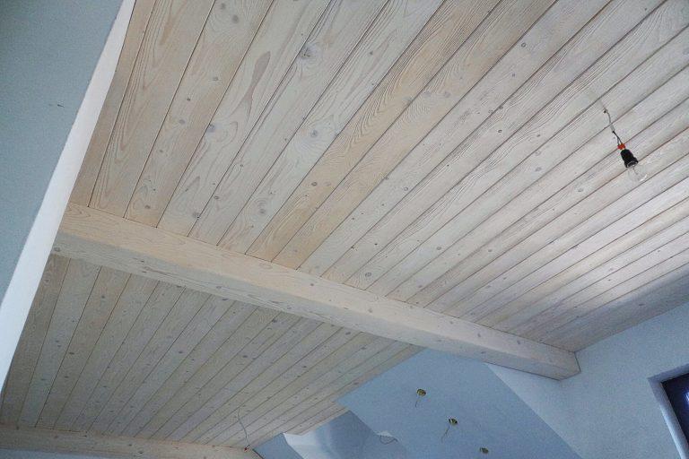 Sufit z postarzanego drewna