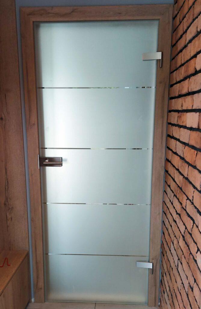 Drzwi wewnętrzne szklane i ramowe w jednym wnętrzu