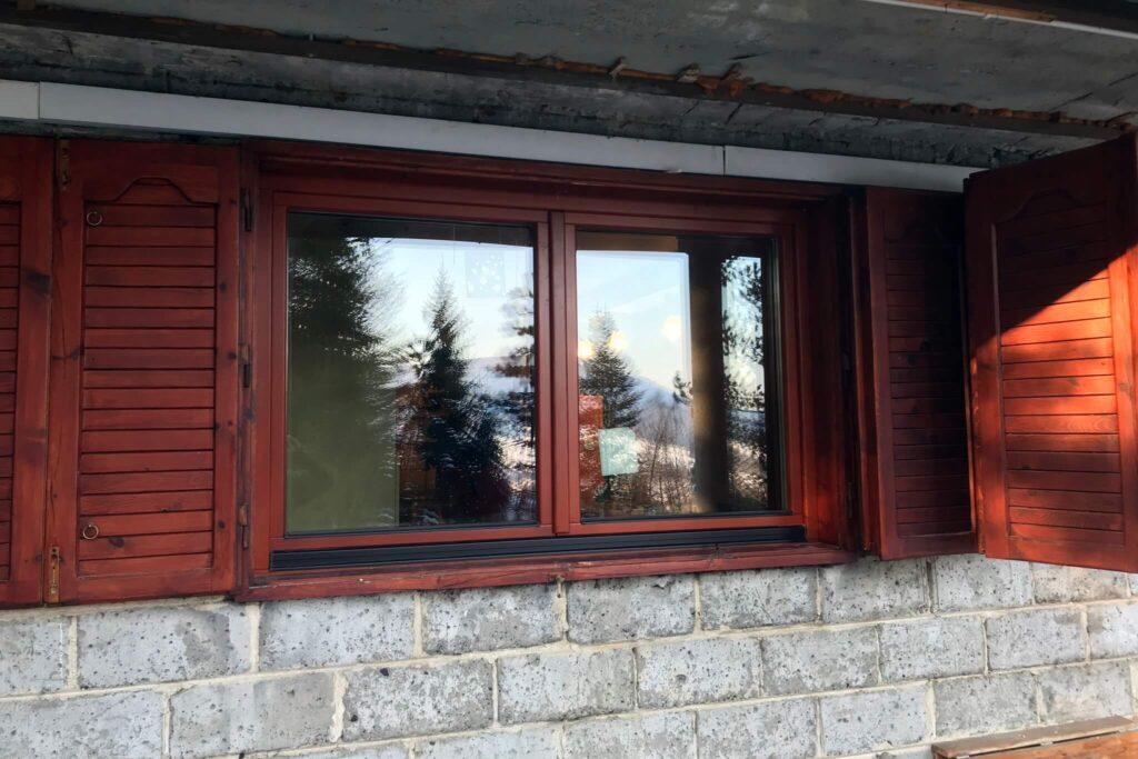 Drewniane okna energooszczędne w okiennicach