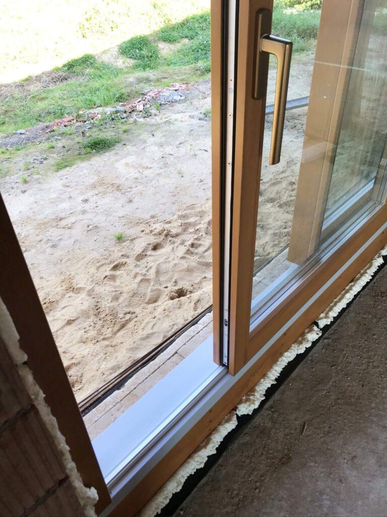 Drewniane drzwi tarasowe HST w systemie pasywnym – montaż na zlecenie firmy EcoDrew